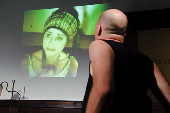 Pest oder unbeaufsichtigte Gepäckstücke, Regie: Nicole Claudia Weber, Foto: Norbert Artner